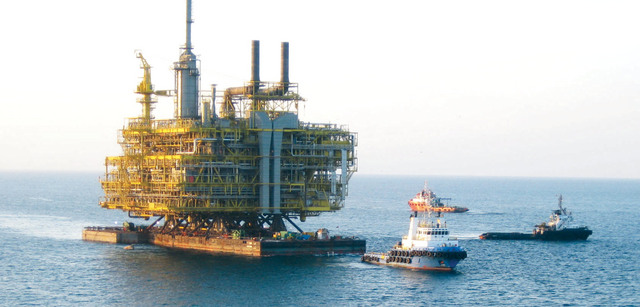الصورة : تطور كبير للصناعة النفطية في الإمارات أرشيفية
