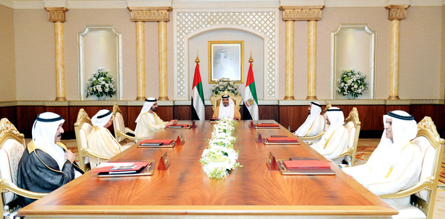 الصورة : خليفة ومحمد بن راشد والقاسمي والنعيمي والشرقي والمعلا وسعود بن صقر خلال الاجتماع وام