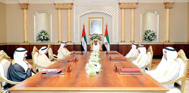خليفة ومحمد بن راشد والقاسمي والنعيمي والشرقي والمعلا وسعود بن صقر خلال الاجتماع وام