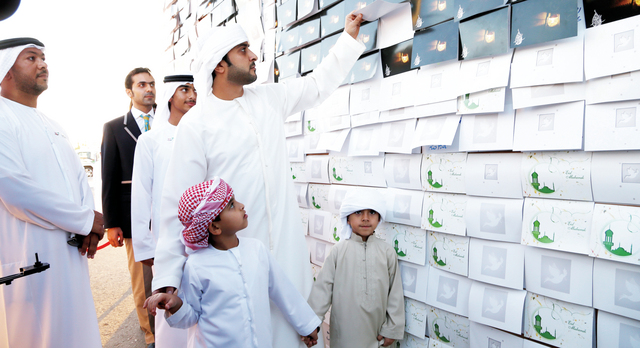 عبد العزيز النعيمي يطلع على عدد من بطاقات التهنئة في اكبر موازييك من نوعه في العالم  تصوير ــــ غلام كاركر