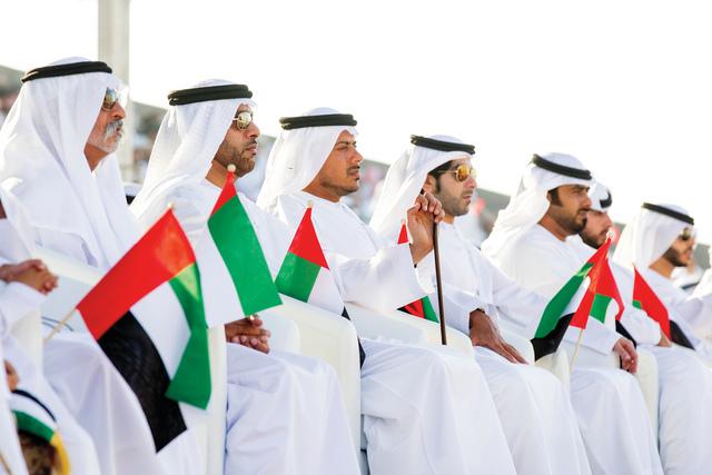 الصورة : نهيان بن مبارك وعدد من الحضور يتابعون الحفل