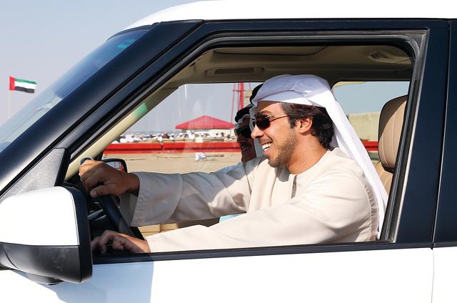 منصور بن زايد خلال متابعته للسباقالبيان