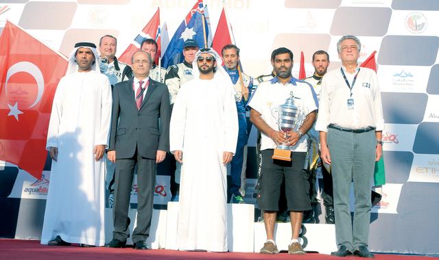 زايد بن سلطان مع أبطال السباق الأول الرئيسي لخاتمة جولات المونديال من المصدر