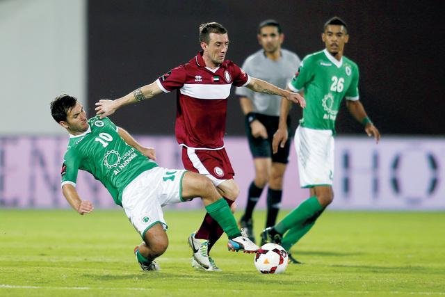 الصورة : صراع على الكرة بين لاعبي الوحدة والشباب تصوير -  مجدي إسكندر