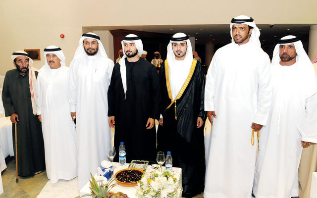 الصورة : .... وسموه والعريس ووالده مع محمد راشد بن غدير وأحمد الشعفار ومحمد بالعبيدة وماجد بن بليشة