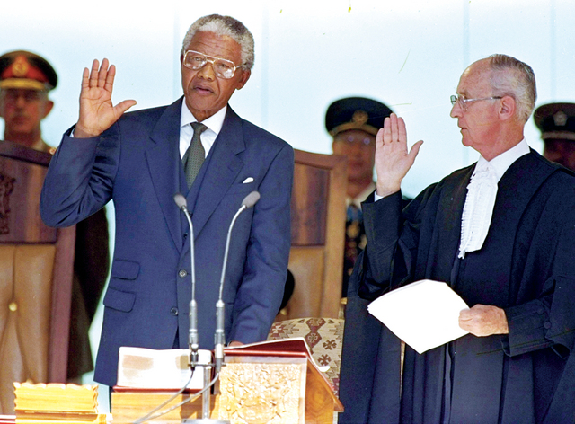 في 10 مايو 1994 حلف مانديلا اليمين كأول رئيس أسود لجنوب إفريقيا أ.ب