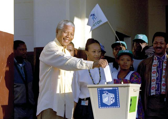 نيلسون مانديلا يدلي بصوته في أول انتخابات بمشاركة كافة الأعراق بجنوب افريقيا 1994 أ.ب.