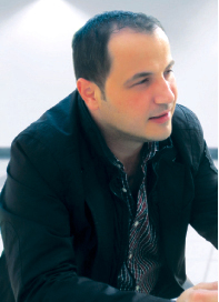 الصورة : زياد عبد الله: المهرجاِن كرس تقاليد غابت عن السينما العربية   لا يمكن للحديث مع الناقد والكاتب زياد عبد الله مدير إدارة تطوير المحتوى في المهرجان، أن يجد طريقه إلى الملل، فإلى جانب عمله في المهرجان فهو أحد العارفين في الحقل السينمائي، وعلى قدر ما تحمله ذاكرته من أسماء لمخرجين وأفلام، فقد خصص جزءاً منها لمسيرة المهرجان الذي تابعه منذ لحظاته الأولى وحتى الآن، ولعل عمله السابق في الإعلام منحه فرصة متابعته التي لا يزال يواصلها عبر أروقة المهرجان، ليقدم خلال الدورة الحالية كتاباً يتضمن أهم 100 فيلم عربي، تم انتقاؤها بناءً على استفتاء قام به المهرجان وشارك فيه 475 شخصية سينمائية، وتربع عليها فيلم «المومياء» للمخرج المصري الراحل شادي عبد السلام، حيث شكل الكتاب تكريماً للسينما العربية وخطوة مبدئية على طريق حصر إرثها الذي يعود إلى سنوات الأربعينات.