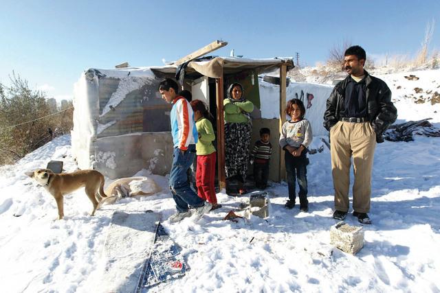 الصورة : لاجئون سوريون في خيمة صنعوها بأنفسهم قرب العاصمة التركية أنقرة أ.ف.ب