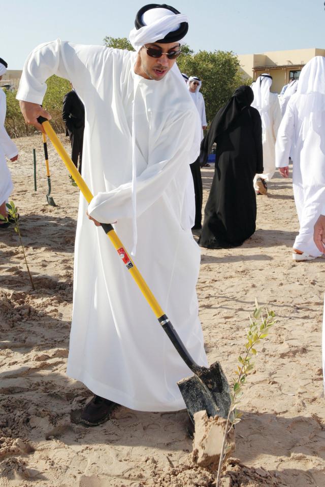 الصورة : منصور بن زايد يزرع شجرة