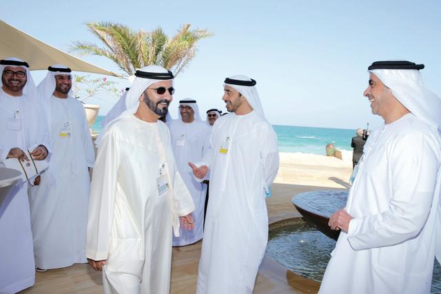 الصورة : محمد بن راشد يتبادل الحوار مع سيف بن زايد بحضور عبد الله بن زايد ومحمد القرقاوي وسلطان الجابر