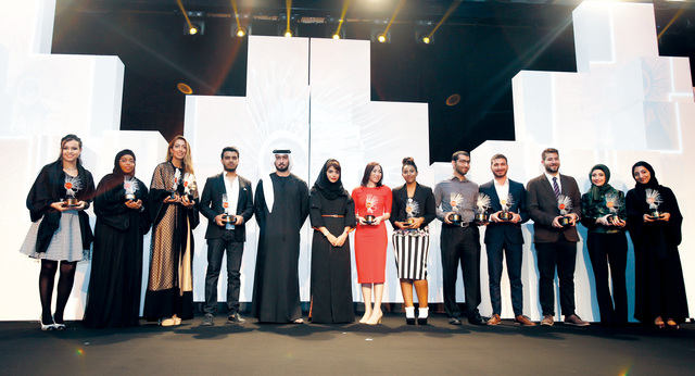 الصورة : ماجد بن محمد يتوسط الشباب الفائزين بالجائزة    تصوير - زافيير ويلسون