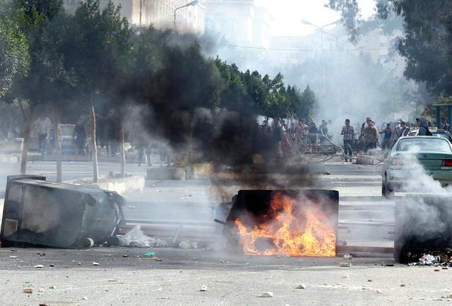 الصورة : حرائق وخراب بفعل عنف طلبة الإخوان أمام جامعة الأزهر           إي.بي.إيه
