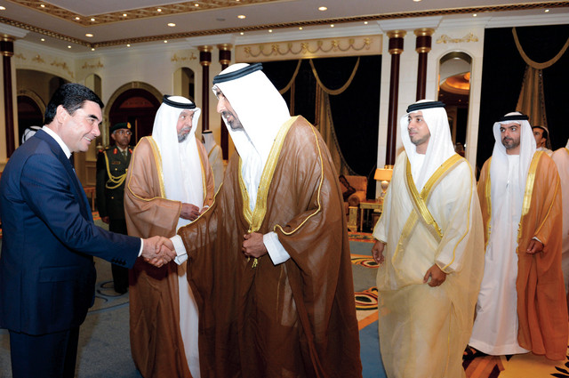 خليفة.. ورئيس تركمانستان مصافحاً سعيد ومنصور بن زايد وحمدان بن مبارك