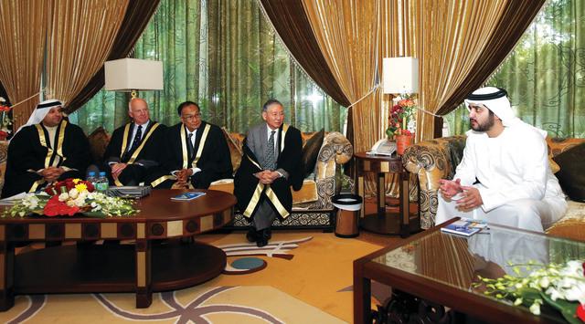 الصورة : مكتوم بن محمد خلال استقبال القضاة الجدد عقب تأدية اليمين القانونية