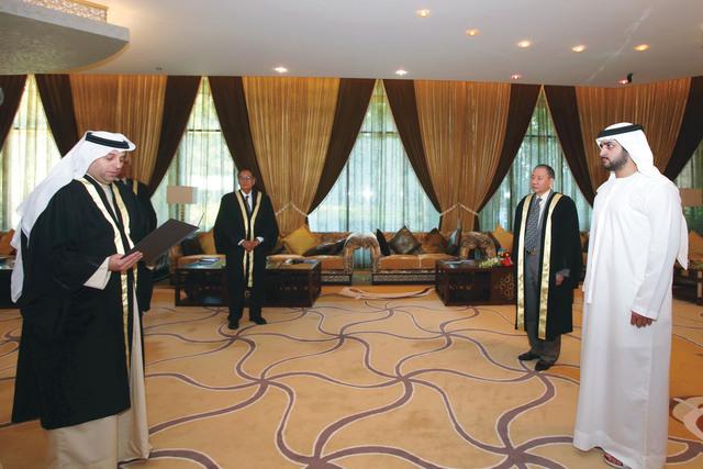 الصورة : شملان الصوالحي خلال تأدية اليمين القانونية أمام مكتوم بن محمد  تصوير - خالد نوفل