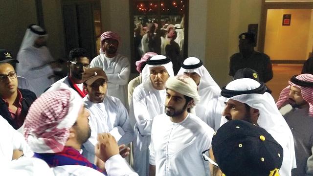 الصورة : سالم عبدالرحمن مع جماهير الشعب