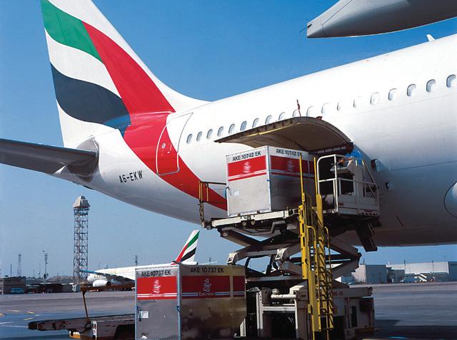 الإمارات تعزز موقعها مركزا للشحن الجوي في العالم أرشيفية