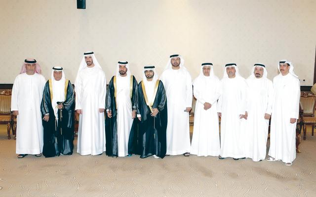 الصورة : محمد بن خليفة ومحمد القرقاوي يتوسطان عيسى كاظم وحميد القطامي والعريس ووالده وجده وعدداً من كبار الحضور