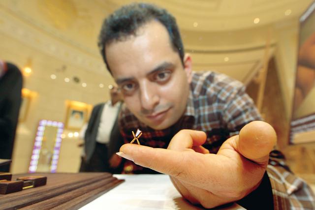 الصورة : حسن منصوري يعرض الحامل الصغير