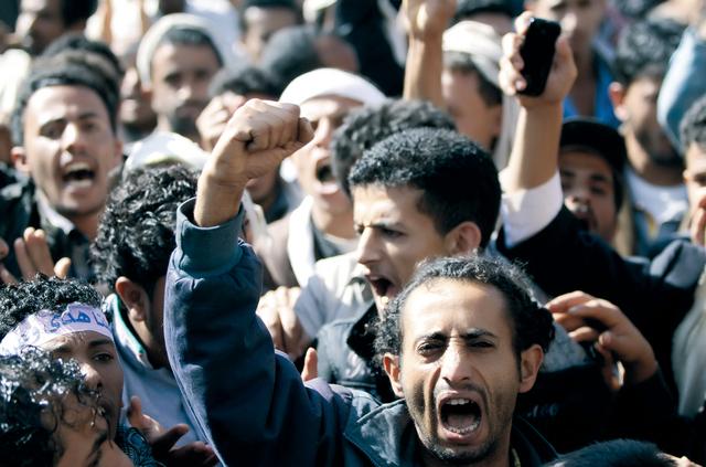 الصورة : متظاهرون يطالبون بعدالة المحكمة حتى ينتصر الحب وقد كان