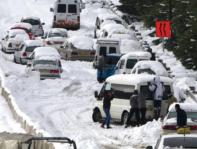 طريق السيارات مسدود في القدس بسبب تراكم الثلوج أ.ف.ب