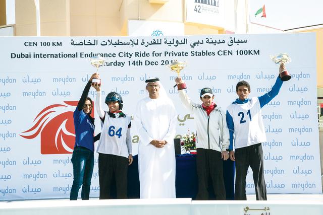 الصورة : لقطة للأبطال الثلاثة بعد تسلمهم الجوائز من محمد العضب