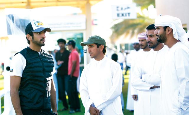 الصورة : حمدان بن محمد في حديث حول السباق بحضور سعيد مكتوم آل مكتوم