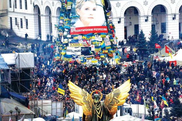 حشود أوكرانية تتجمع وسط كييف عقب عزل الرئيس فيكتور يانوكوفيتش رويترز