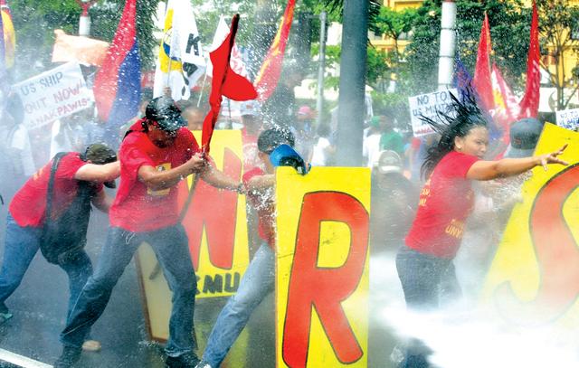الصورة : متظاهرون فلبينيون أمام السفارة الأميركية في مانيلا ضد زيارة أوباما المرتقبة إي.بي.إيه