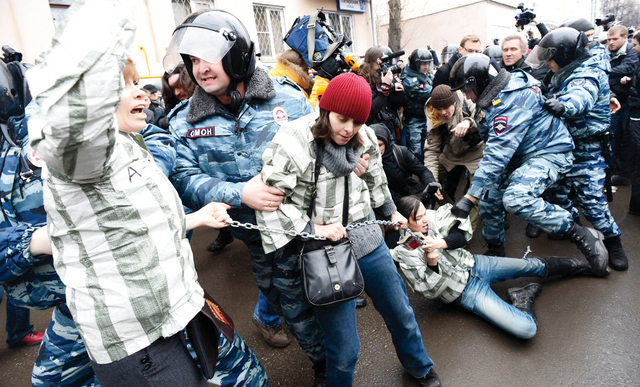 شرطة مكافحة الشغب الروسية تعتقل محتجين خارج قاعة محكمة في موسكو أثناء محاكمة ثمانية متهمين أدينوا بمهاجمة الشرطة في مظاهرة مناهضة للحكومة في 2012 رويترز