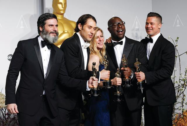 ديدي غاردنز تتوسط فريق عمل ومخرج فيلم «عبد لـ 12 عاماً»  رويترز