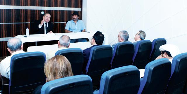 الصورة : عبدالفتاح والمزروعي «يمين» خلال المحاضرة     تصوير - نجيب محمد