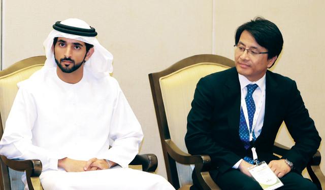 حمدان بن محمد خلال استقبال المشاركين في المؤتمر