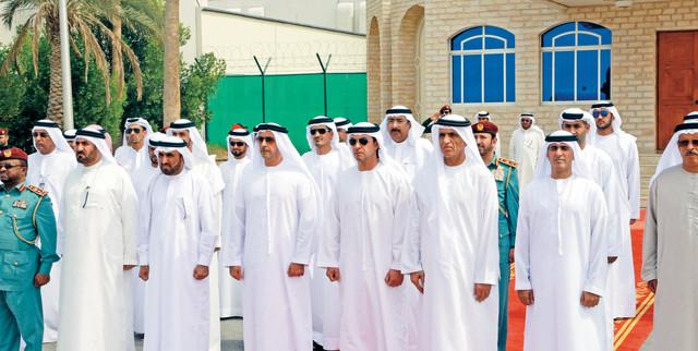 الصورة : سعود بن صقر وهزاع وسيف بن زايد في مقدمة مستقبلي جثمان الشهيد وام