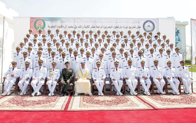 الصورة : هزاع بن زايد يتوسط الخريجين بحضور الرميثي وكبار الضباط