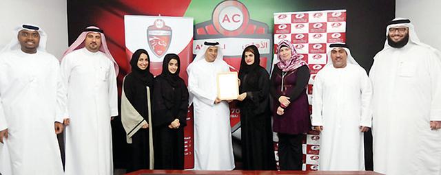 ممثلو الأهلي يتسلمون شهادة العضوية في مجموعة دبي للجودة         البيان