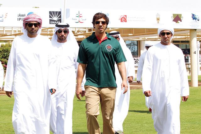 منصور بن زايد خلال حضوره السباق