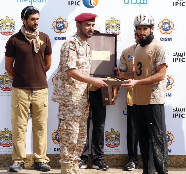 حمدان بن محمد يتسلم جائزة اللجنة المنظمة بحضور ناصر بن حمد