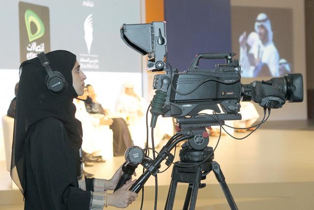 تواجد العنصر النسائي الإماراتي  في كافة قطاعات العمل مساواة بالرجل من المصدر