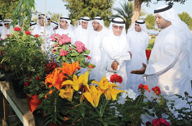 سعيد وهيثم بن صقر يتفقدان معرض الزهور        تصوير: محمد منور   ويونس يونس