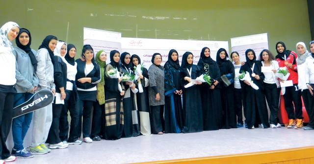 الصورة : عائشة بن بشر تتوسط الفائزات وأعضاء اللجنة المنظمة والتحكيم  تصوير - حصة إسماعيل