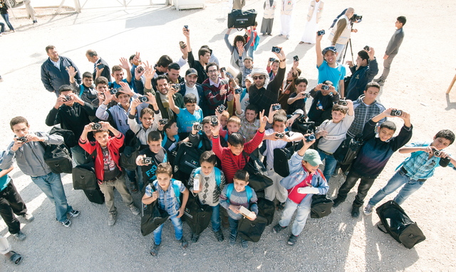الصورة : الأطفال فرحون بكاميراتهم