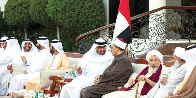 الصورة : محمد بن زايد يتبادل الحديث مع أحمد الطيب  بحضور طحنون وسرور بن محمد وهزاع بن زايد