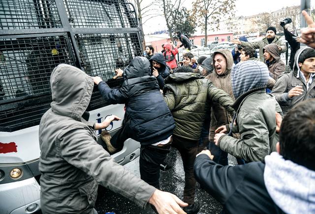 غاضبون يهاجمون سيارة شرطة مكافحة الشغب في إسطنبول أ.ف.ب