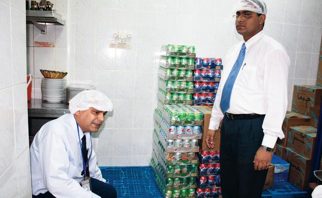 الصورة : خلال إحدى حملات التفتيش على الأغذية      البيان