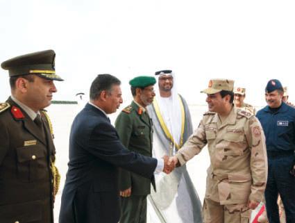 المشير خلال وصوله البلاد بحضور سلطان الجابر وحمد الرميثي