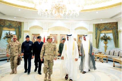 محمد بن زايد مستقبلاً السيسي بحضور سلطان الجابر وحمد الرميثي وعدد من كبار الضباط             وام