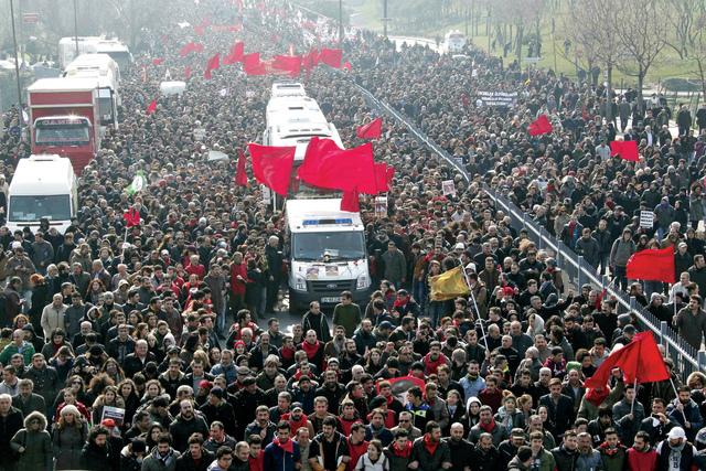 تشييع الفتى التركي في مدينة إسطنبول  رويترز