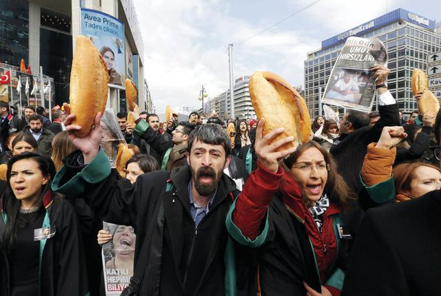 متظاهرون في أنقرة يحملون الخبز احتجاجاً على سياسات أردوغان  رويترز